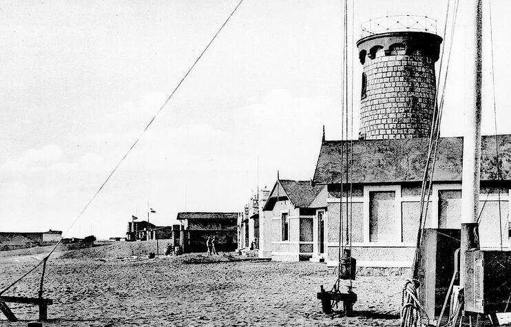 Swakopmund's first lighthouse around 1900. In the following ten years it was raised twice.