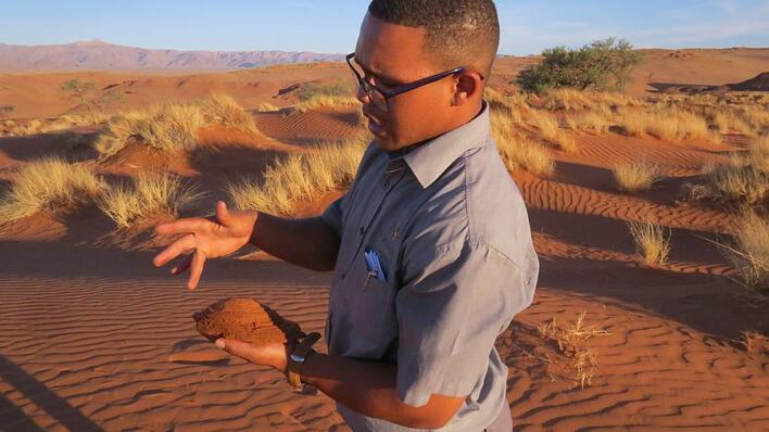 Lance explains how fossilised dunes were formed millions of years ago. © Annelien Robberts
