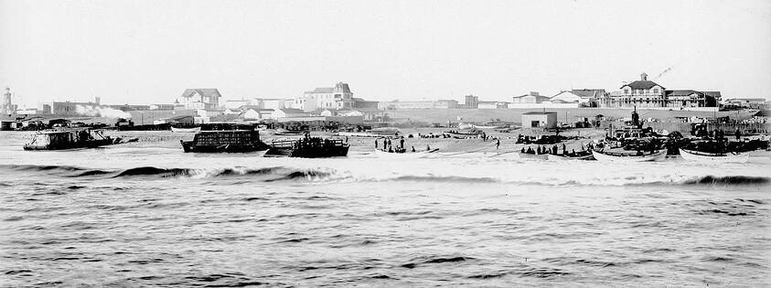 From 1905 anchorage in Swakopmund was shifted from the harbour a little to the south, where a wooden jetty had been built. In 1912 construction of an iron jetty started right next to the wooden one.