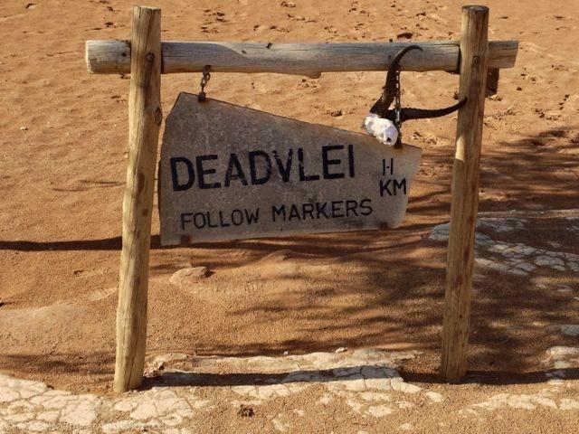 Deadvlei follow markers - Image: http://www.roamfarandwide.com