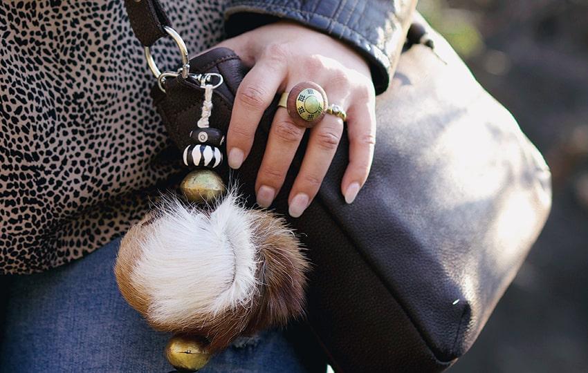 lize-closeup-of-jewelry-and-fimbi-web-tab